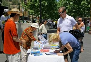 Люди подписывают петицию, осуждающую нарушение прав человека компартией Китая. Фото: minghui.ca