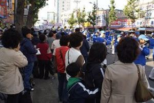 Многие люди прошли на парад. Фото: minghui.org