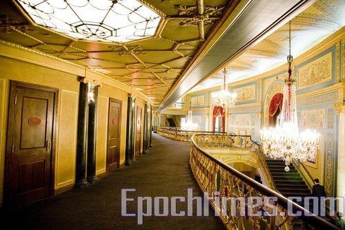 Старинная роскошная планировка Детройтского оперного театра (Detroit Opera House), который со своими гастролями посетил творческий коллектив «Шеньюн». Фото: Великая Эпоха