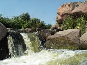 Недалеко от города Никополя лежит уникальное творение природы – каньон с водопадом. Фото: turne.com.ua
