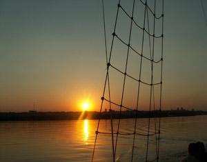 Многие любители строят корабли десятилетиями, вкладывая в свои творения душу, силы и деньги. Более того, ежегодно на Днепре проходят регаты, а многие яхты принимают участие в международных заплывах. Фото: turne.com.ua