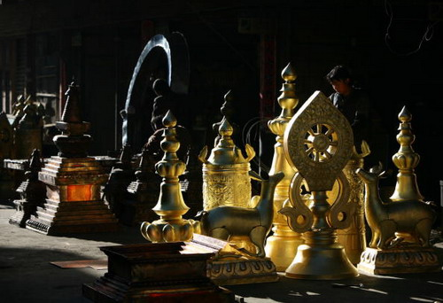 ТИБЕТ: Ремесленная мастерская по изготовлению медных фигур. Фото: China Photos/Getty Images