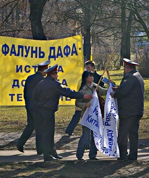 25 марта в Москве, около Посольства КНР, сотрудниками милиции были задержаны последователи Фалуньгун, вышедшие реализовать свое конституционное право согласно Федеральному закону от 19 июня 2004 г. N 54-ФЗ
