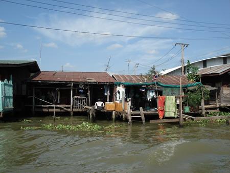 Проплывая по реке Чао Прайя, можно воочию наблюдать за жизнью и бытом бедных тайцев. Фото: Александр Карпов