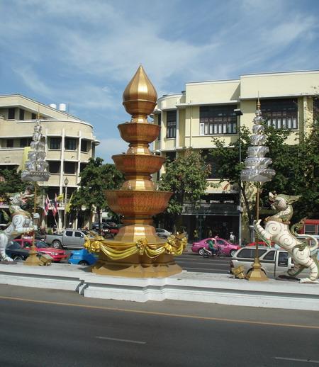 Одна из центральных улиц Бангкока с характерной восточной символикой. Фото: Александр Карпов