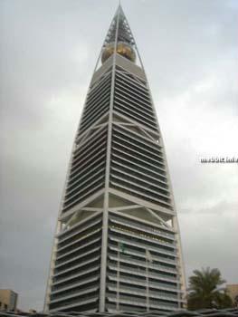 Al Faisaliyah tower Riyadh – знаменателен золотым шаром в вершине конструкции, внутри которого находится 3-этажный ресторан. Фото с сайта Mobbit.info