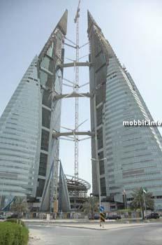 Мировой торговый центр Bahrain WTC – состоит из двух башен-близнецов, соединенных между собой. В конструкцию интегрированы ветряные турбины, способные обеспечивать 15% энергозатрат комплекса. Фото с сайта Mobbit.info