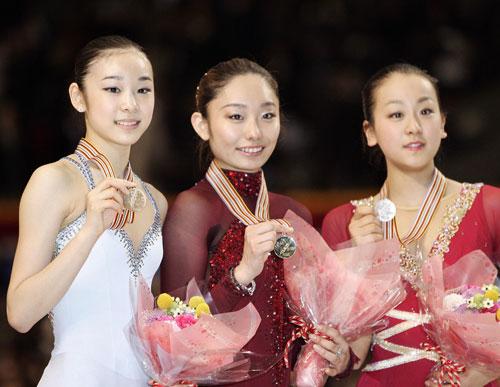 Пьедестал почета чемпионата мира-2007 (слева направо): «бронза» - Ю-На Ким (Южная Корея), «золото» - Мики Андо (Япония), «серебро» - Мао Асада (Япония). Фото: YOSHIKAZU TSUNO/AFP/Getty Images