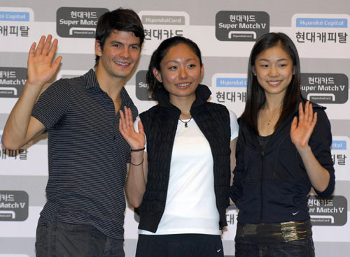 Стефан Ламбьель (Швейцария), Мики Андо (Япония) и Ю-На Ким (Южная Корея) во время пресс-конференции в Сеуле 12 сентября 2007 г. Фото: KIM JAE-HWAN/AFP/Getty Images