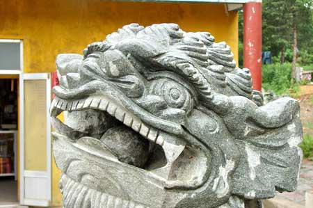 Скульптуры возле храма. г. Суйфэньхэ. Фото: Нелли Родионова/Великая Эпоха