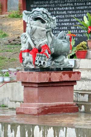 Один из львов перед храмом. г. Суйфэньхэ. Фото: Нелли