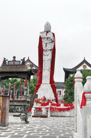 Статуя Майтрейи. г. Суйфэньхэ. Фото: Нелли