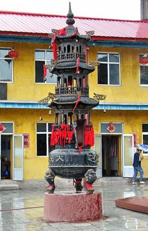 Фигуры перед храмом. г. Суйфэньхэ. Фото: Нелли