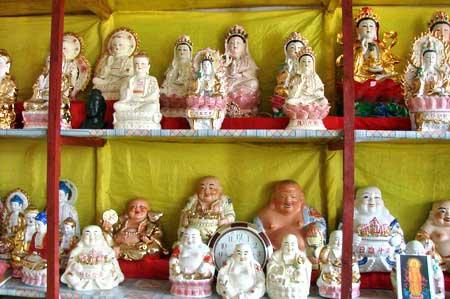 Статуэтки в магазине при храме. Туристы с удовольствием заходят в магазин. г. Суйфэньхэ. Фото: Нелли Родионова/Великая Эпоха