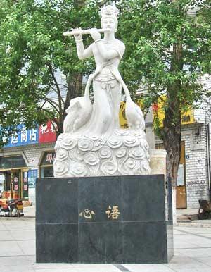 Скульптуры в сквере г. Суйфэньхэ. Фото: Нелли Родионова/Великая Эпоха