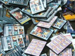 В Ленинградской области под гусеницы бульдозера попали порядка 100 тысяч пиратских дисков. Фото: cnews.ru