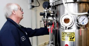 Работа с биореактором Coskata. Фото с сайта Compulenta.ru