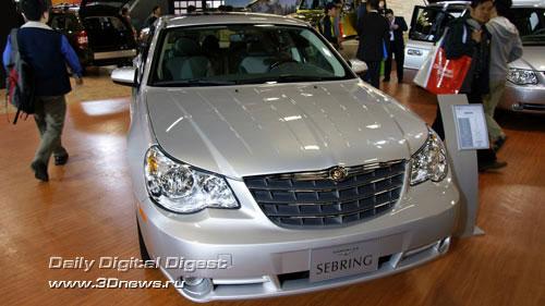 Стенд американской компании Chrysler. Седан Sebring нового поколения. Фото: 3dnews.ru
