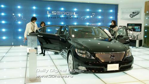Стенд компании Lexus (премиум-бренд Toyota). Удлиненная версия Lexus LS600hL. Фото: 3dnews.ru