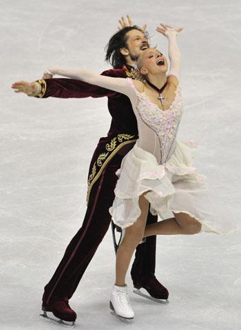 Оксана Домнина/Максим Шабалин (Россия) исполняют произвольный танец. Фото: MLADEN ANTONOV/AFP/Getty Images