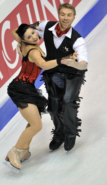 Изабель Делобель/Оливье Шонфельдер (Франция) исполняют обязательный танец. Фото: MLADEN ANTONOV/AFP/Getty Images