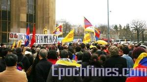 Представители азиатских организаций на митинге в Париже на площади Прав человека. Фото: Великая Эпоха