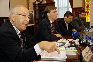 Профессор Петер Шиви(слева). Фото: Влaдимир Бородин/Великая Эпоха