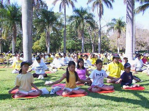 Выполнение пятого комплекса упражнений Фалунь Дафа в Австралии. Фото: falundafavmire.org.ua