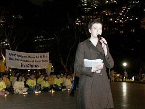 Докладчик от Фалуньгун Кай Рубасек призвала премьер-министра Австралии Джона Говарда обсудить проблему преследования Фалуньгун с руководителем КНР Ху Цзиньтао. Фото: Ричард Сунь/Великая Эпоха