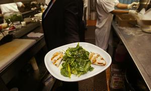 Блюдо с низким содержанием углеводов, подобное этому, прекрасно подойдет для больных диабетом или тем, кто не хочет заболеть диабетом. Фото: Chris Hondros /Getty Images