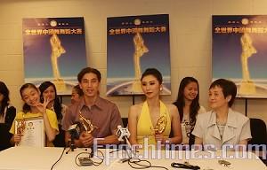 Мишель Жэнь (вторая справа) – победительница международного конкурса китайского классического танца среди женщин, и победитель среди мужчин Юн Цзя Чэнь. Фото: Ма Ючжи/Великая Эпоха