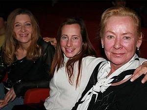 Ангелика Фишер (слева), Клодин Гуэрелл (в центре) и Ренате Доноэр (справа) на представлении группы «Божественное искусство» в Вене. Фото: Великая Эпоха