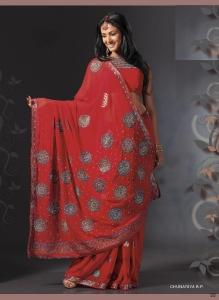 Красный цвет является цветом касты кшатриев (благородных воинов) и считается символом доброго предзнаменования. Это также наиболее распространенный цвет для свадебного сари. Фото: www.ganesh-import.com