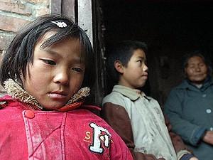 Девятилетняя китайская девочка-сирота Цзюань-цзюань - одна из немногих, кто не заразился СПИДом, плачет, рассказывая о страданиях её родителей перед смертью у них дома в деревне Лисинь год назад. Фото: AFP /Getty Images