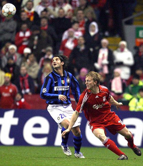 Кристиан Киву из «Интера» (слева) и Дирк Куйт из «Ливерпуля» (справа) борются за мяч. Энфилд роуд. Матч 1/8 финала Лиги чемпионов между «Ливерпулем» и «Интернационале». Фото: PAUL ELLIS/AFP/Getty Images