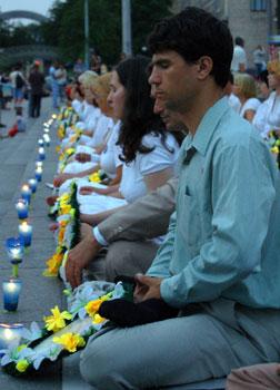 Последователи Фалуньгун в центре Киева на Майдане Независимости проводят мирную акцию со свечами, чтобы почтить память погибших друзей в Китае в результате репрессий со стороны китайского коммунистического режима. Фото: Великая Эпоха