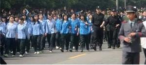 Несколько тысяч китайских рабочих электрозавода «Casio» провели забастовку и шествие против новых правил начисления зарплаты. Фото: epochtimes.com