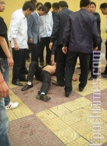 Преподаватель ударил студента, он упал и потерял сознание. Фото: The Epoch Times