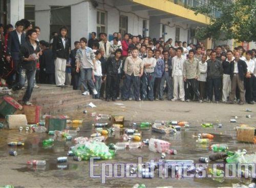 Студенты устроили погром в училище г.Хандан провинции Хэбэй. Фото: The Epoch Times