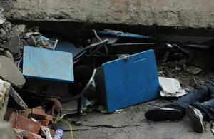 Трупы лежат среди щебня и сломанной мебели, где была школа, поскольку спасатели не успевают вытаскивать людей из под обломков.  Фото: Guang Niu/Getty Images