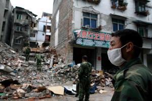 В Китае 12 мая утром произошло небывалой силы землетрясение, официальное число жертв которого приближается к 15 тысячам, в то время как эксперты говорят, что окончательное количество погибших будет измеряться десятками, а то и сотнями тысяч. Фото: Paula Bronstein/Getty Images