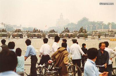 7 июня 1989 г. Танки и армия по прежнему не покидают площадь Тяньаньмэнь. Люди не осмеливаются подходить близко и наблюдают издалека. Фото с 64memo.com