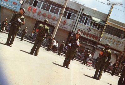 8 июня 1989 г. Вооружённые солдаты патрулируют улицы Пекина. Военное положение в китайской столице было снято только в январе 1990 года. Фото с 64memo.com