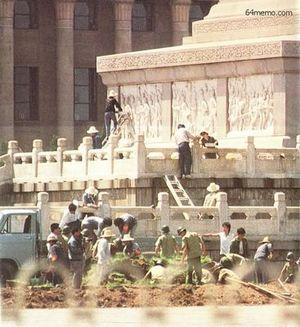 15 июля 1989 г. Можно ли дочиста смыть кровь студентов с обелиска героев славы? Фото с 64memo.com