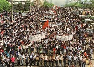 4 мая 1989 г. Около семи тысяч студентов пекинского педагогического университета демонстрацией двигаются в сторону площади Тяньаньмэнь. Фото с 64memo.com
