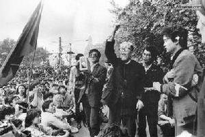 4 мая 1989 г. Профессор из Шанхая выражает свою поддержку студентов. Фото с 64memo.com