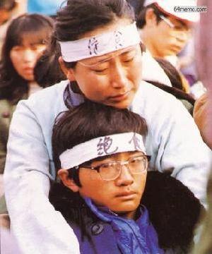 15 мая 1989 г. Мать вместе со своим сыном голодает в знак протеста. Фото с 64memo.com