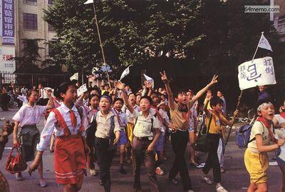 15 мая 1989 г. Школьники также поддерживают своих старших братьев и сестёр в их действиях. На их плакате написано «Свергнуть коррумпированных чиновников». Фото с 64memo.com