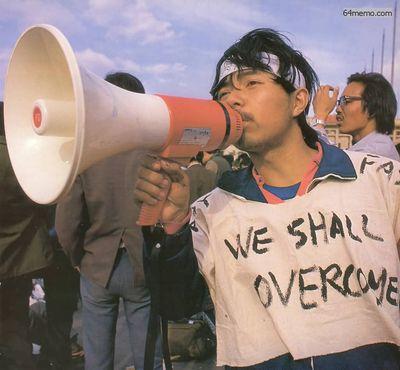 16 мая 1989 г. Студент кафедры биологии пекинского университета Пэн Жун, который раннее уже организовывал студенческие демонстрации. Ослабевший после длительной голодовки, он еле держит рупор. На его одежде надпись «Мы победим». Фото с 64memo.com