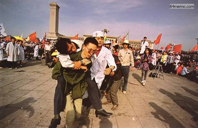 17 мая 1989 г. От длительной голодовки некоторые студенты начинают терять сознание. Им оказывают медицинскую помощь. Фото с 64memo.com